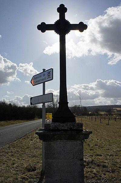 Croix sur la RD980 avec comme texte gravé sur son socle: Bouilly Comtreuil Onrezy notre unique esperance Comtreuil.