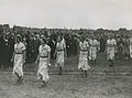 De dames van Da Di Do uit Den Haag defileren tijdens de vlaggenparade op het Mol – F40786 – KNBLO.jpg