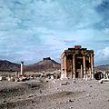 De tempel van Baal-Shamin met op de achtergrond de citadel Fakhr-al-Din al-Maani - Stichting Nationaal Museum van Wereldculturen - TM-20036645.jpg