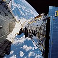 Deployment of the Hubble Space Telescope (28331247955).jpg