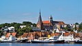 Der Hafen in Flensburg ( Im Hintergrund die St. Marien zu Flensburg, Flensburg Kompagnietor von 1602 und oben auf dem Berg, Altes Gymnasium Flensburg - panoramio.jpg