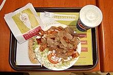 Piatto di kebab (in un ristorante di Vigo, in Spagna). Il grande successo, dovuto al gusto e all'economicità della pietanza, lo ha fatto diffondere in Europa.
