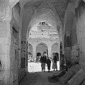 Doorkijkje naar de binnenplaats van een karavanserai in Nazareth met een ezel en, Bestanddeelnr 255-1035.jpg
