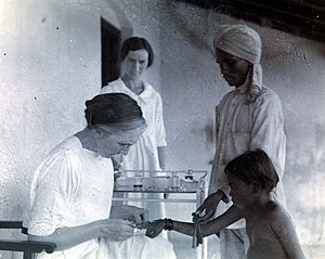 Isabel Kerr - Isabel Kerr vaccinating a child