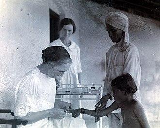 Isabel Kerr - Isabel Kerr vaccinating a child