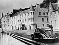 Dreadnought Hotel and VW Beetle in Callander, Scotland, in 1957.jpg