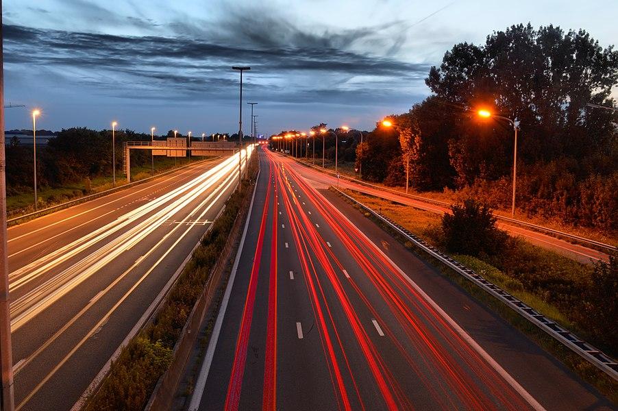 De E40 in Merelbeke , 's avonds met een lange sluitertijd genomen vanop de brug van de Heidestraat