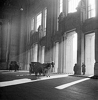 Een koets voor een gebouw in Milaan, waarschijnlijk het station, Bestanddeelnr 252-0031.jpg