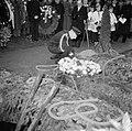 Een marine-officier schikt een krans aan de groeve op een begraafplaats tijdens , Bestanddeelnr 255-9011.jpg