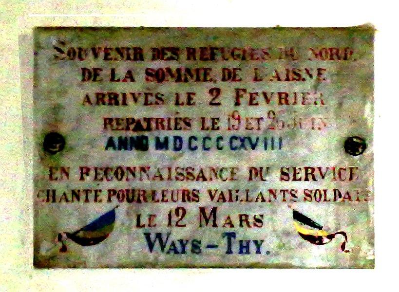 Plaque commémorative du séjour de réfugiés de Somme et d'Aisne à Ways en 1918, durant la bataille de la Somme. Porche de l'église de Ways (Genappe, Brabantwallo; Belgique)