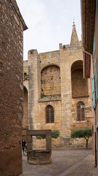 Eglise de Cruzy et le vieux puits