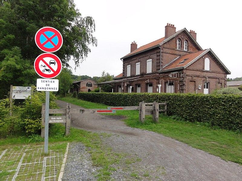 """Ferrière-la-Petite (Nord, Fr) ancienne gare, avec l'ancien chemin de fer, transformé en chemin de randonnée et piste cyclable """"Voie verte de l'Avesnois"""""""