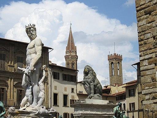 Fontana del Nettuno e campanili Badia e Bargello. Accanto alla fontana, su un piedistallo, c'è il Marzocco, il leone che è un importante simbolo per Firenze