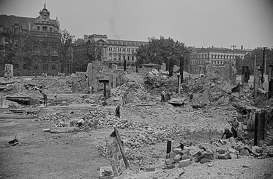Leipzig after bombing in the Second World War Fotothek df roe-neg 0002629 002 Trummerbeseitigung.jpg