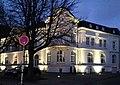 Gebäude Ehrenhof 3 mit Abendbeleuchtung, Düsseldorf.jpg