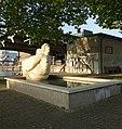 Gelpke-Brunnen mit der Galionsfigur aus Kalkstein im Rheinhafen (1941–1943) Im Hafenareal 1, Kleinhüningen, Basel von Willy Hege (1907–1976) (2).jpg