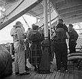 Gezelschap met zwemvesten aan boord van de ms. Nestor op weg naar Suriname, Bestanddeelnr 252-2089.jpg