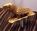 Ghana, akan, finimento a froma di pappagallo, legno e foglia d'oro, xx secolo.jpg
