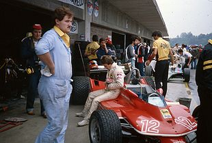 Photo de Gilles Villeneuve assis sur sa Ferrari au Grand Prix d'Italie 1979.
