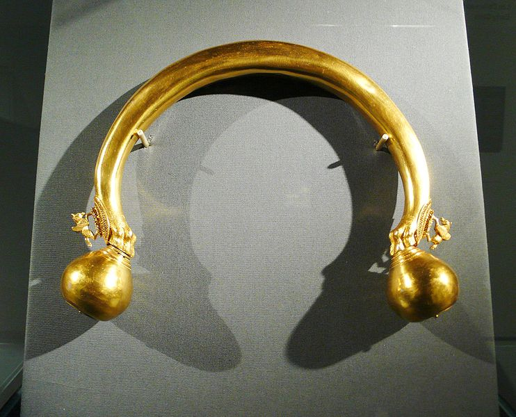 This voluminous jewelry was found in the grave of a powerful women, consisting of 40 individual parts. The two spheres at the ring terminals are held in the paws of lions. The two small winged horses are reminiscent of Pegasus from Greek mythology and bear witness to increased contact with the Mediterranean world.