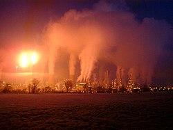 Panaches de fumée et vapeur de la Raffinerie de Grangemouth en hiver