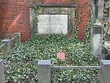 Grabstätte in Berlin. Auf der Säule im Bildhintergrund ruhte die Kunststeinbüste bis zu ihrem Diebstahl 2005. (Quelle: Wikimedia)