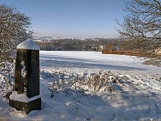 """Grenzstein im ehemaligen preußischen """"Kreis Eupen""""<br>Ersetzte 1863 den hölzernen Pfahl<br>(Foto: LeFagnard bei Wikimedia CC-BY-SA-4.0)"""