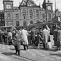 HUA-150061-Afbeelding van een tramhalte op het Stationsplein voor het N.S-station Amsterdam C.S. te Amsterdam.jpg