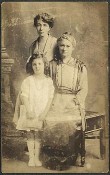 Hannah Greenebaum Solomon with daughter and granddaughter, 1918.jpg