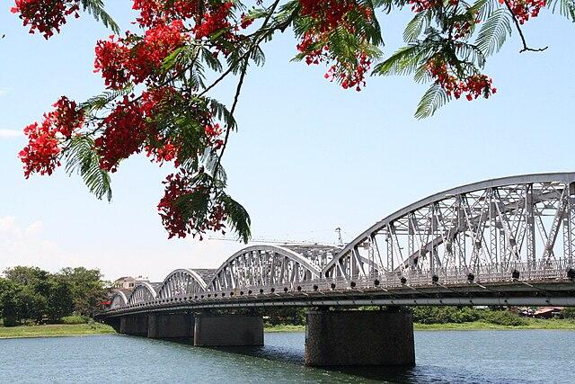 640px-Hue%2C_le_pont_Trang_Tien.jpg