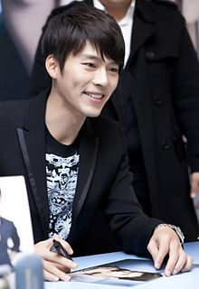 Hyun Bin at fan signing event January 2011.jpg