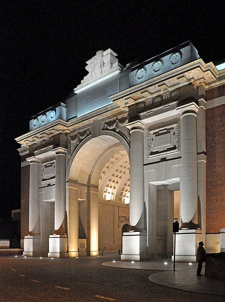 The classically inspired Menin Gate in Ypres Ieper Menenpoort R01.jpg