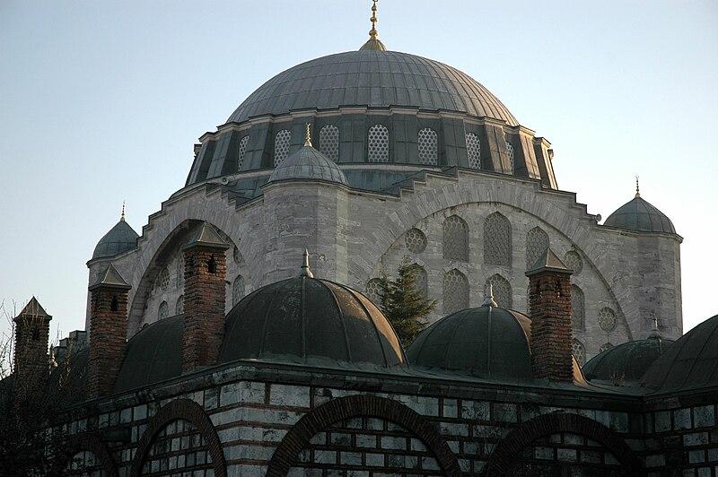 800px-Istanbul_-_Mesquita_de_Mihrimah_-_C%C3%BApula
