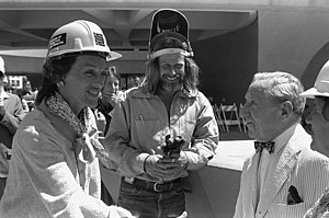 Mark di Suvero - Joan Mondale and Mark di Suvero (centre) greet Joseph Hirshhorn outside the Hirshhorn Museum and Sculpture Garden, July 11, 1978