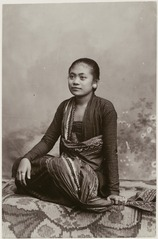KITLV 28537 - Kassian Céphas - A studio portrait of a young woman Yogyakarta - Around 1900.tif