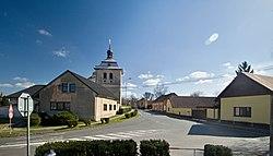 Kostomlaty nad Labem náves a kostel.jpg