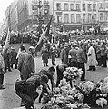 Kranslegging door bevrijde Franse politieke gevangenen op het graf van de Onbeke, Bestanddeelnr 900-2599.jpg