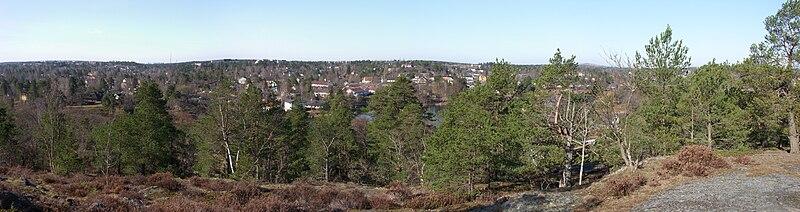 Vy fra Stockholms næsthøjeste punkt, Långsjøhøjden (73 m o.h.) over Långsøen mod sydvest.