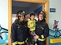 Los bomberos del Ayuntamiento entregan juguetes a los niños del Hospital San Rafael (01).jpg