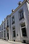foto van Huis met brede lijstgevel en koetspoort.