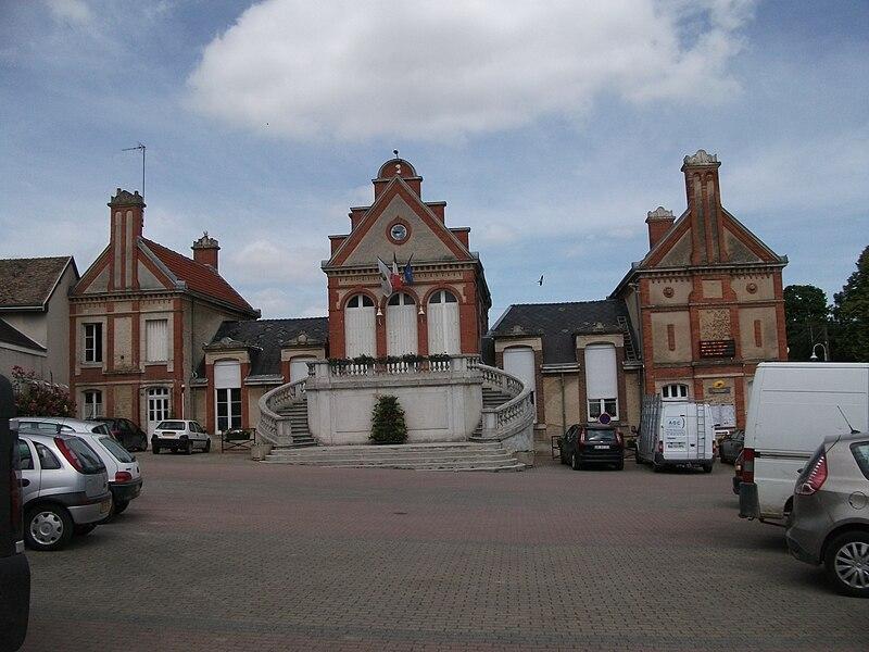 Une vue de la mairie de Chigny-les-Roses depuis la fontaine Pommery.