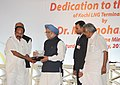 Manmohan Singh being presented a memento by the Union Minister for Petroleum & Natural Gas and Environment and Forests, Dr. M. Veerappa Moily, at the dedication ceremony of the Kochi LNG Terminal to the Nation, in Kochi.jpg