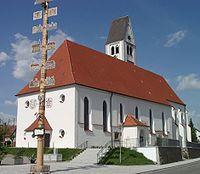 Markt Rettenbach Kirche mit Maibaum.jpg