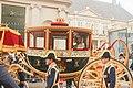 Maxima met haar man Alexander ons koningklijk paar tijdens prinsjesdag op weg naar de troonrede.jpg