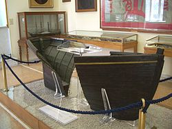 Η πρύμη και η πλώρη της λέμβου τηςΕλλάς, που χρησιμοποίησε ο Μιαούλης για να διαφύγει μετά την πυρπόληση του στόλου. Αθήνα, Εθνικό Ιστορικό Μουσείο.