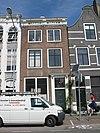 foto van Huis met rechte bakstenen gevel op hardstenen plint