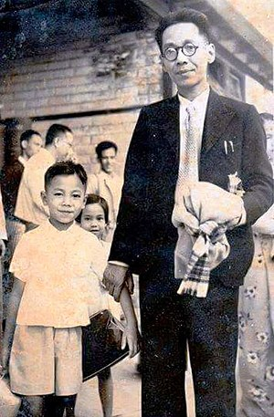 Htin Kyaw - Htin Kyaw with his father Min Thu Wun in 1952
