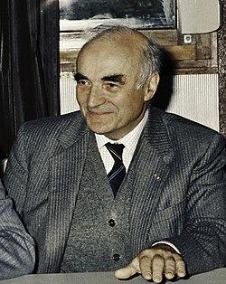 Mr CURIEN Ministre de la Recherche au collège Pierre Brossolette de Chatenay Malabry-10-cliche Jean Weber (cropped).jpg