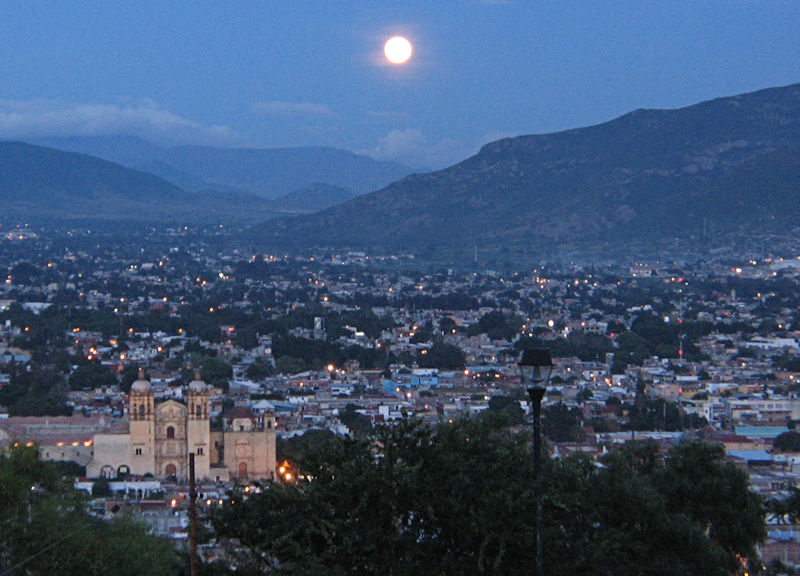 Slika:Oaxaca at night.jpg