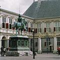 Overzicht achterzijde ruiterstandbeeld van Willem van Oranje, richting paleis - 's-Gravenhage - 20363336 - RCE.jpg